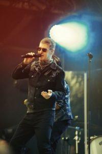 Etienne lors d'un concert, tournée Diskonoir tour